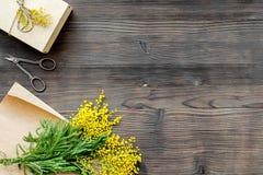 Internationell kvinnadag för begrepp med bästa sikt blommaför träbakgrund Royaltyfri Foto