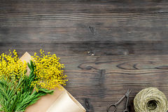Internationell kvinnadag för begrepp med bästa sikt blommaför träbakgrund Arkivfoton