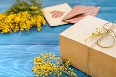 Internationell kvinnadag för begrepp med blommaträbakgrund Arkivbilder