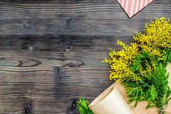 Internationell kvinnadag för begrepp med blommaträbakgrund t Arkivfoton