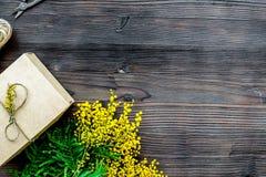 Internationell kvinnadag för begrepp med blommaträbakgrund t Royaltyfria Foton