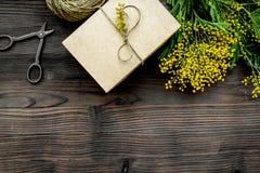 Internationell kvinnadag för begrepp med blommaträbakgrund t Royaltyfri Foto