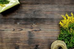 Internationell kvinnadag för begrepp med blommaträbakgrund t Royaltyfri Bild