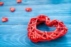 Internationell kvinnadag för begrepp med hjärtaträbakgrund Arkivfoto