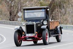 Internationell lastbil som 1926 kör på landsvägar Arkivbild