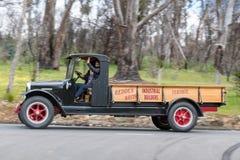 Internationell lastbil som 1926 kör på landsvägar Royaltyfri Fotografi
