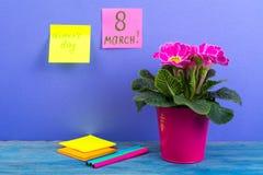 Internationell mars 8 för dag för kvinna` s Påminnelse ark på ljus bakgrund Bukett av blommor på trätabellen Arkivfoto