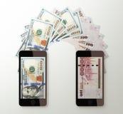 Internationell mobil pengaröverföring, dollar till saudierriyalen Royaltyfria Bilder