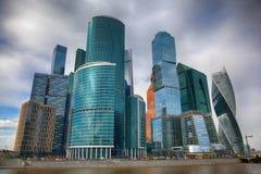 Internationell Moskva-stad för affärsmitt Moderna skyskrapor av exponeringsglas och betong Royaltyfri Foto