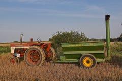 Internationell traktor som drar en John Deere kornvagn Arkivfoto