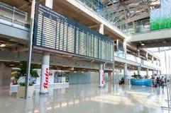 Internationella ankomster går ut på den Suvarnabhumi flygplatsen i Bangkok, Thailand arkivfoto