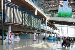 Internationella ankomster går ut på den Suvarnabhumi flygplatsen i Bangkok, Thailand royaltyfria bilder
