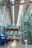 Internationella ankomster går ut på den Suvarnabhumi flygplatsen i Bangkok, Thailand arkivfoton