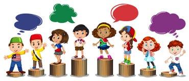 Internationella barn som står på journal Arkivbild