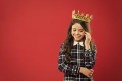 Internationella barns dag Barndomlycka lycklig flicka little Sk?nhet och danar litet ungemode liten flicka royaltyfria bilder