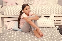 Internationella barns dag Barndomlycka lycklig flicka little Sk?nhet och danar litet ungemode liten flicka royaltyfria foton