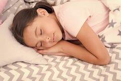 Internationella barns dag litet ungemode lycklig flicka little Sk?nhet och danar Barndomlycka liten flicka royaltyfri fotografi