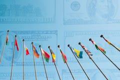 Internationella flaggor mot bakgrund från dollar USA dubblerar e Royaltyfria Foton