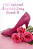 Internationella kvinnors dag, mars 8, sko och rosor för stilett för hög häl för damer rosa Royaltyfri Bild