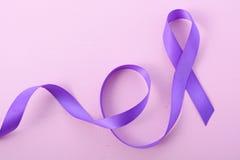Internationella kvinnors symbol för band för dag purpurfärgat Royaltyfri Fotografi