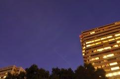 Internationella rymdstationen som flyger över en himmel för stjärnklar natt över stad Arkivfoto