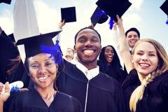 Internationella studenter som firar avläggande av examen royaltyfri fotografi