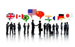 Internationellt affärsfolk som tillsammans talar royaltyfri illustrationer