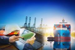 Internationellt behållarelastfartyg med den arbetande kranbron arkivfoto