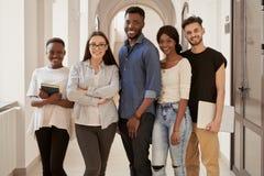 Internationellt grupp av unga studenter royaltyfri foto