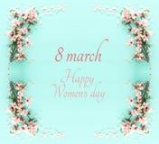 Internationellt kvinnadagbegrepp Text för körsbärsrött träd och datum Bild för bästa sikt arkivfoto