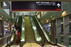 Internationellt tecken för ankomster J på Miami den internationella flygplatsen royaltyfri foto