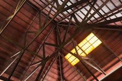Interne bouw van houten dak met balken royalty-vrije stock fotografie