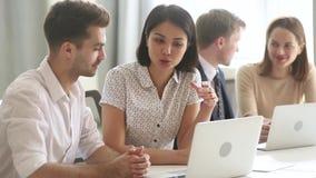 Interne caucasien masculin de enseignement de mentor asiatique féminin expliquant la stratégie en ligne banque de vidéos