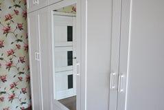 Interne details van de garderobe Grote garderobe Details en close-up royalty-vrije stock afbeeldingen