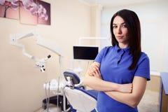Interne féminin dans la clinique de dentiste Photos stock