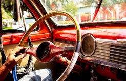 Interne trillende mening van een oude chevy auto in binnenlandse rode oud van Havana CubaChevy stock fotografie