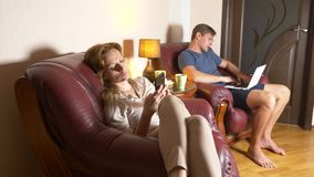 Interner und Kommunikations-Fehler in der Familie Ehemann und Frau benutzen ihre Geräte und ignorieren sich stockbild