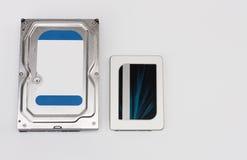 Internes Festplattenlaufwerk und Festkörper-Antriebsscheibe auf Weiß lizenzfreies stockbild