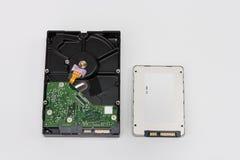 Internes Festplattenlaufwerk und Festkörper-Antriebsscheibe auf Weiß lizenzfreies stockfoto