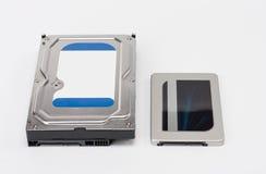 Internes Festplattenlaufwerk und Festkörper-Antriebsscheibe auf Weiß Lizenzfreie Stockfotos