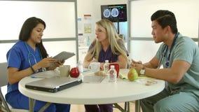 Internes médicaux sur le PC de comprimé de vue de coupure banque de vidéos