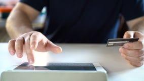 internetów myszy online zakupy tramwaju biel Mężczyzna wchodzić do kredytowej karty informację na stronie internetowej online skl zdjęcie wideo