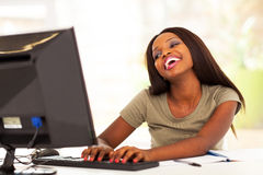 Internet africano de la mujer Imagenes de archivo