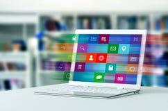 Internet-Anwendung auf Laptop stockbilder