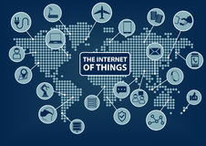 Internet av saker (IoT) ord och symboler med jordklotet och världskartan Royaltyfri Foto