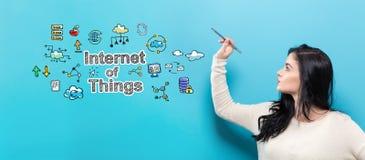 Internet av saker med den unga kvinnan som rymmer en penna Royaltyfri Bild
