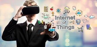 Internet av saker smsar med affärsmannen som använder en virtuell verklighet Arkivbilder