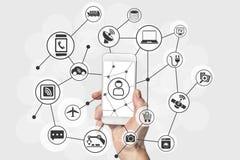 Internet av sakerbegreppet med den moderna handen som rymmer, ilar telefonen royaltyfri illustrationer