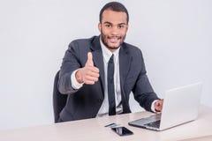 Internet banking para o negócio Si africano bem sucedido do homem de negócios fotos de stock