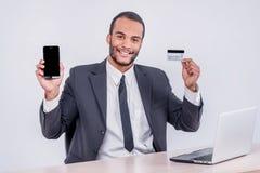 Internet-bankwezen voor zaken Succesvol Afrikaans zakenmansi Royalty-vrije Stock Foto
